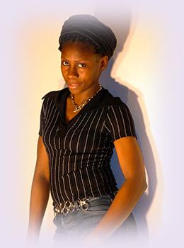 Rhode Makoumbou, peintre/sculpteuse née le 29 août 1976 au Congo-Brazzaville | Photo 1